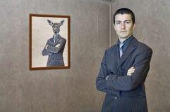 Hombre que presenta por una pintura divertida Fotografía de archivo