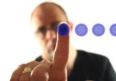 Hombre que presiona el botón azul 4 imagen de archivo libre de regalías