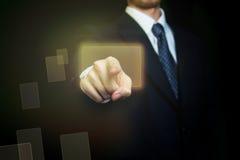 Hombre que presiona el botón de la pantalla táctil imagen de archivo libre de regalías