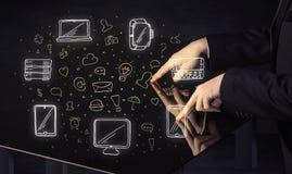 Hombre que presiona el interfaz del tacto de la mano de la tableta de la tabla con los medios iconos Fotos de archivo