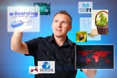 Hombre que presiona la pantalla Imágenes de archivo libres de regalías