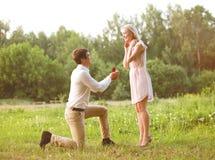 Hombre que propone a la mujer del anillo Imagenes de archivo