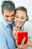Hombre que propone a la mujer feliz fotografía de archivo