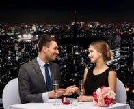 Hombre que propone a su novia en el restaurante fotos de archivo libres de regalías