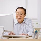 Hombre que pulsa en el ordenador imagen de archivo libre de regalías
