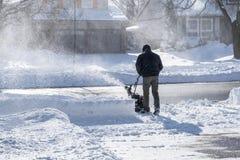 Hombre que quita nieve con una quitanieves en Sunny Day 2 Imagen de archivo libre de regalías