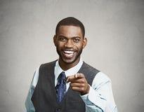 Hombre que ríe señalando el finger en alguien Fotografía de archivo