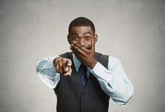 Hombre que ríe señalando el finger en alguien Foto de archivo libre de regalías