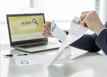 Hombre que rasga el papel de uso de trabajo Persona que tiene problemas que escriben su CV o que encuentran el trabajo Enojado, f Foto de archivo