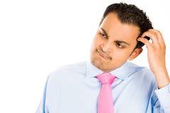 Hombre que rasguña su cabeza Foto de archivo libre de regalías