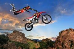 Hombre que realiza truco en la motocicleta imagen de archivo