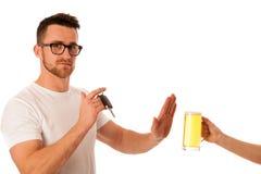 Hombre que rechaza la cerveza del alcohol que muestra llave del coche como gesto del don& x27; el Dr. de t imagen de archivo