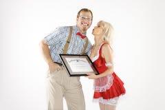 Hombre que recibe beso y el certificado de mujer. Imagen de archivo