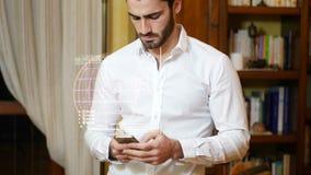 Hombre que recibe datos digitales sobre smartphone metrajes