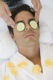Hombre que recibe el masaje principal fotografía de archivo