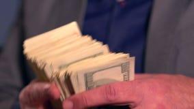 Hombre que recibe el paquete grueso de dinero y que lo oculta almacen de metraje de vídeo