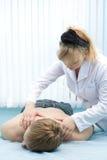 Hombre que recibe masaje Foto de archivo