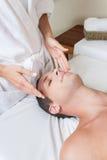 Hombre que recibe masaje imágenes de archivo libres de regalías