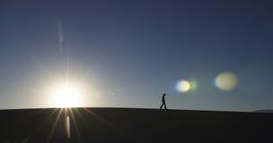 Hombre que recorre en desierto Fotos de archivo libres de regalías