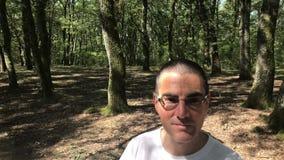 Hombre que recorre en el bosque almacen de metraje de vídeo