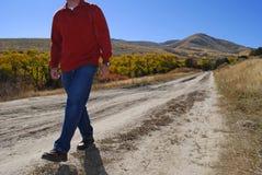 Hombre que recorre en el camino abandonado Fotografía de archivo