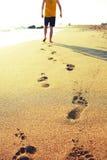 Hombre que recorre en la playa foto de archivo