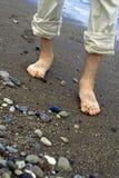 Hombre que recorre en orilla de mar imagen de archivo