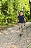 Hombre que recorre en rastro del bosque Fotos de archivo libres de regalías