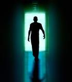 Hombre que recorre a la puerta Imagen de archivo