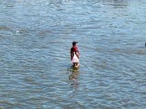 Hombre que recorre a través del agua fotografía de archivo libre de regalías