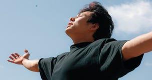 Hombre que reflexiona sobre una libertad, fondo del cielo azul metrajes