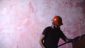 Hombre que renueva a casa, concepto casero de la renovación construcción de la renovación del ome almacen de metraje de vídeo