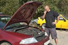 Hombre que repara el coche Fotografía de archivo libre de regalías