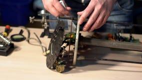 Hombre que repara el dispositivo roto en taller almacen de metraje de vídeo
