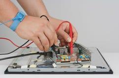 Hombre que repara el monitor del LCD Fotografía de archivo libre de regalías