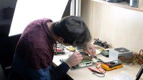 Hombre que repara el ordenador y que trabaja con la memoria ram de  metrajes