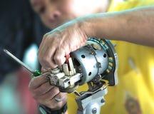 Hombre que repara el quehacer doméstico de la fan Foto de archivo libre de regalías