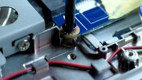 Hombre que repara la placa madre de la PC Concepto de los dispositivos electrónicos almacen de video