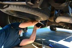 Hombre que repara un coche o un camión imagen de archivo