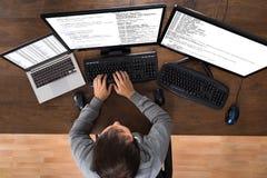 Hombre que roba datos de los ordenadores y del ordenador portátil Foto de archivo libre de regalías
