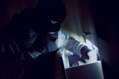 Hombre que roba documentos Fotografía de archivo