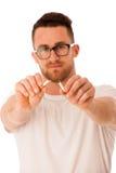 Hombre que rompe el cigarrillo como gesto del abandono que fuma Imagenes de archivo
