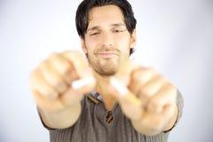 Hombre que rompe el cigarrillo en dos pedazos Imagenes de archivo