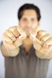 Hombre que rompe fumar de la parada del cigarrillo Foto de archivo libre de regalías