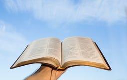 Hombre que ruega con su biblia Fotos de archivo libres de regalías