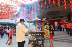 Hombre que ruega durante la celebración china del Año Nuevo Foto de archivo libre de regalías