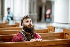 Hombre que ruega en la iglesia fotografía de archivo
