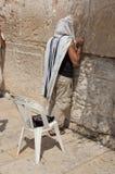 Hombre que ruega en la pared occidental Foto de archivo libre de regalías