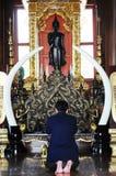 Hombre que ruega en templo Fotografía de archivo libre de regalías