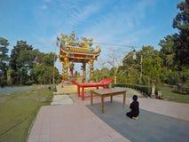 Hombre que ruega en un templo chino Imagenes de archivo